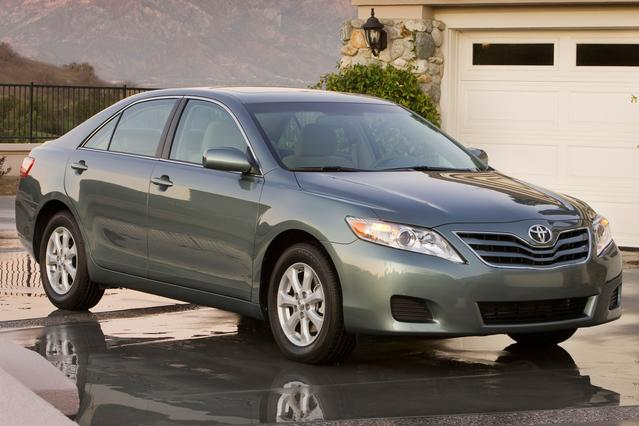 2010 Toyota Camry XLE 4dr Car Slide 0