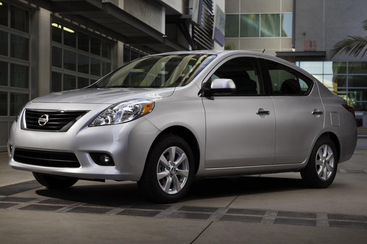 2013 Nissan Versa 1.6 SV Slide 0