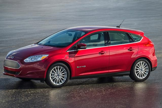 2016 Ford Focus TITANIUM Hatchback Slide 0