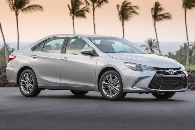 2016 Toyota Camry XLE 4dr Car Slide 0