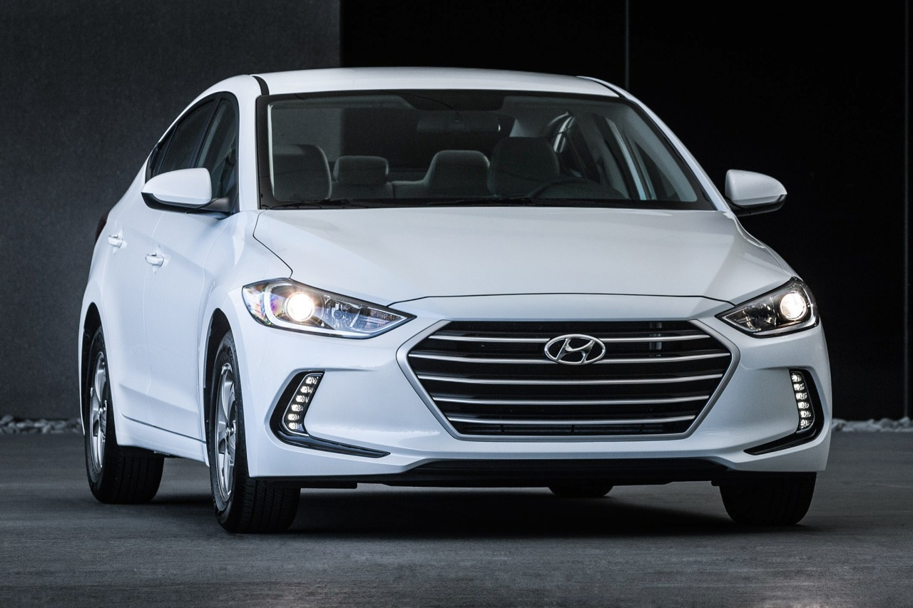 2017 Hyundai Elantra SE 4dr Car Slide 0