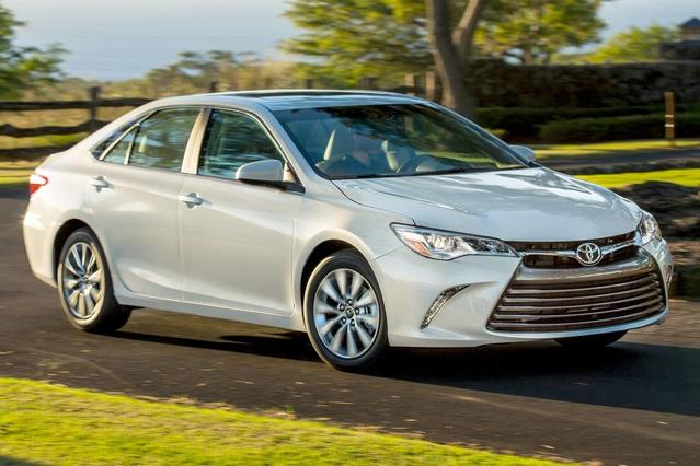 2017 Toyota Camry XLE 4dr Car Slide 0