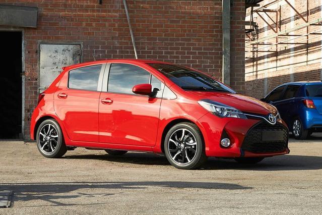 2017 Toyota Yaris 5-DOOR L L 4dr Hatchback Slide 0