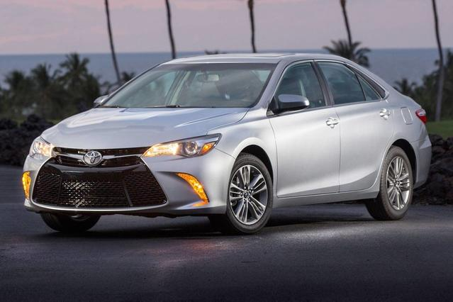 2017 Toyota Camry XSE 4dr Car Slide 0