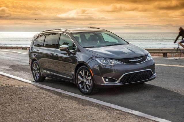 2018 Chrysler Pacifica TOURING L Minivan Slide 0