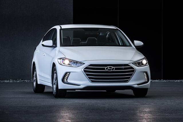 2018 Hyundai Elantra SE 4dr Car Slide 0