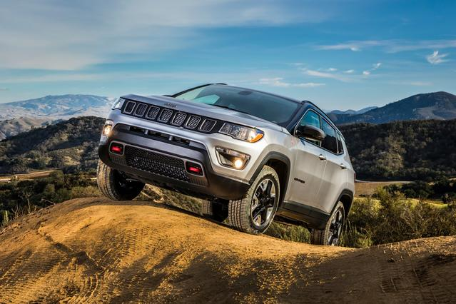 2017 Jeep Compass LATITUDE SUV Slide 0