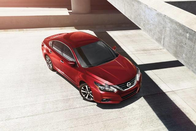 2017 Nissan Altima 2.5 SR 4dr Car Slide 0