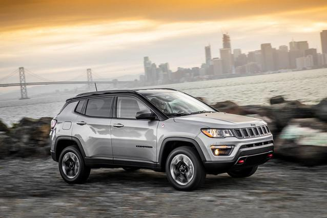 2020 Jeep Compass LATITUDE SUV Slide 0